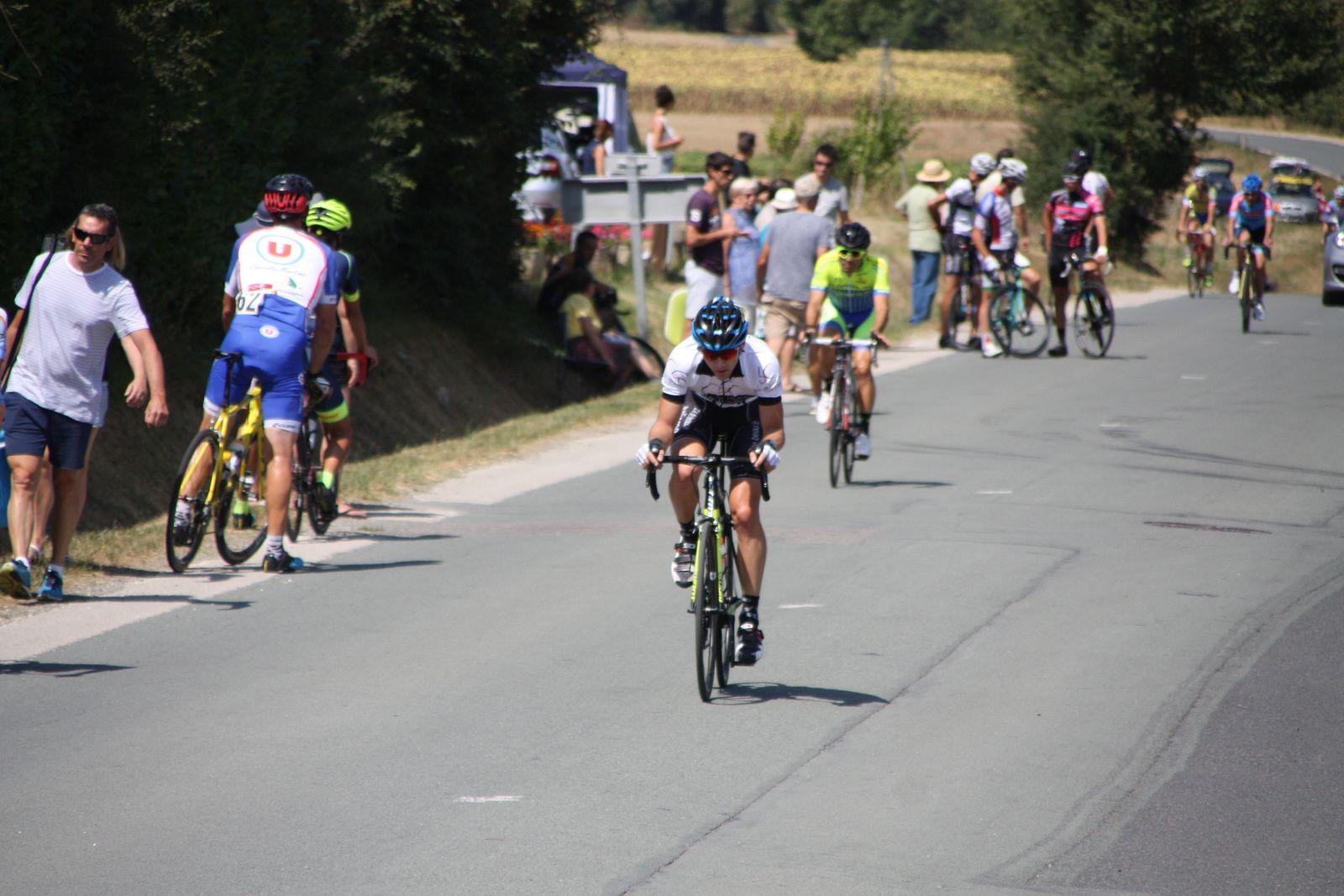 L'arrivée  et  un  trés  beau  sprint  entre  les  2  cadets  surclassés  en  vue  des  championnats  de  France