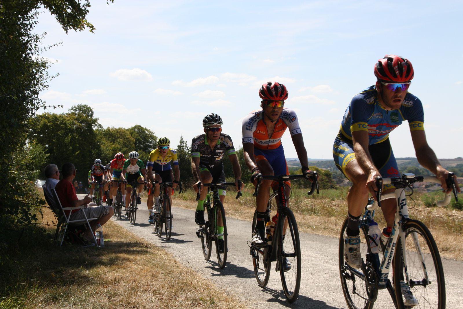 Le  peloton  s'étire  dans  cette  bosse  et  des  coureurs  sont  lachés  dont  Clément  SAINT MARTIN  et  Martial  ROMAN  un  ancien  vainqueur