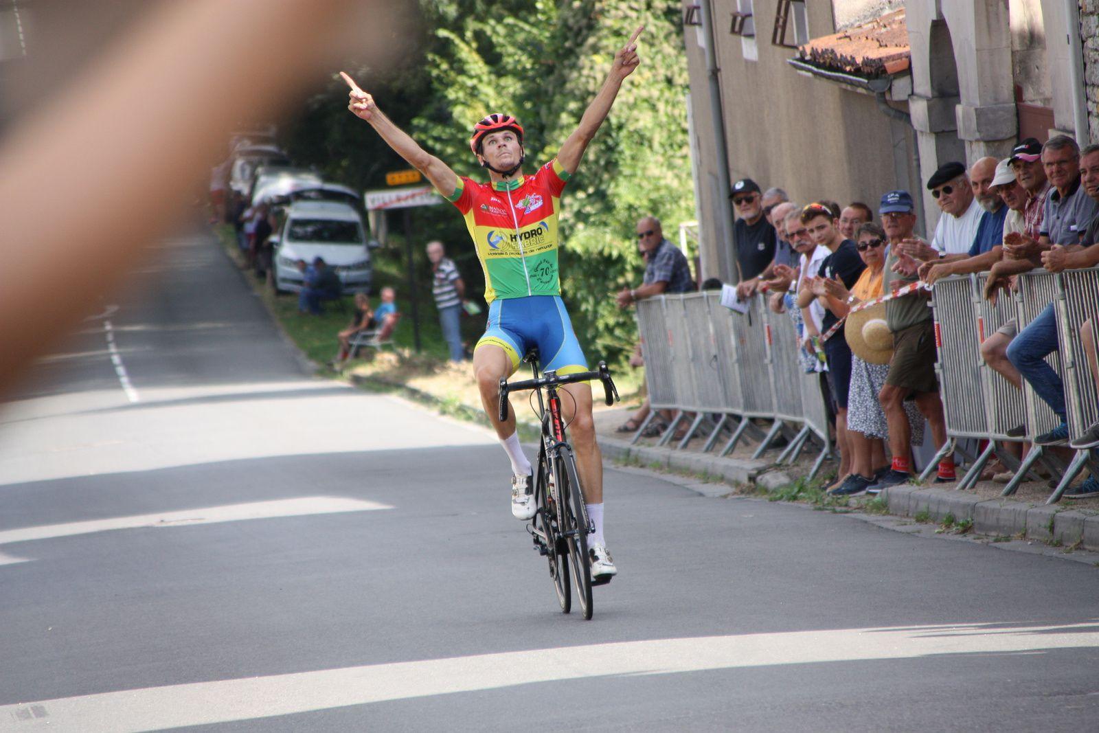 l'arrivée  et  la  victoire  pour  Rudy  FIEFVEZ (AC  Nersac)