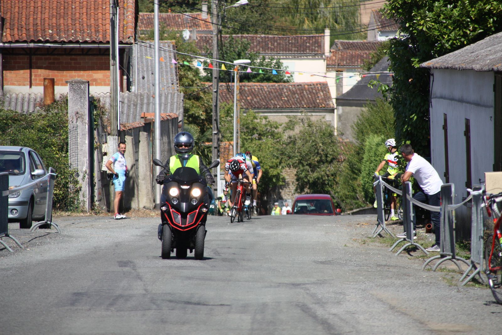 L'arrivée  et  la  victoire  pour  Grégory  POUVREAULT(VC  Saintes), 2e  Titouan  PAPIN(CS  Casteljaloux)  , 3e