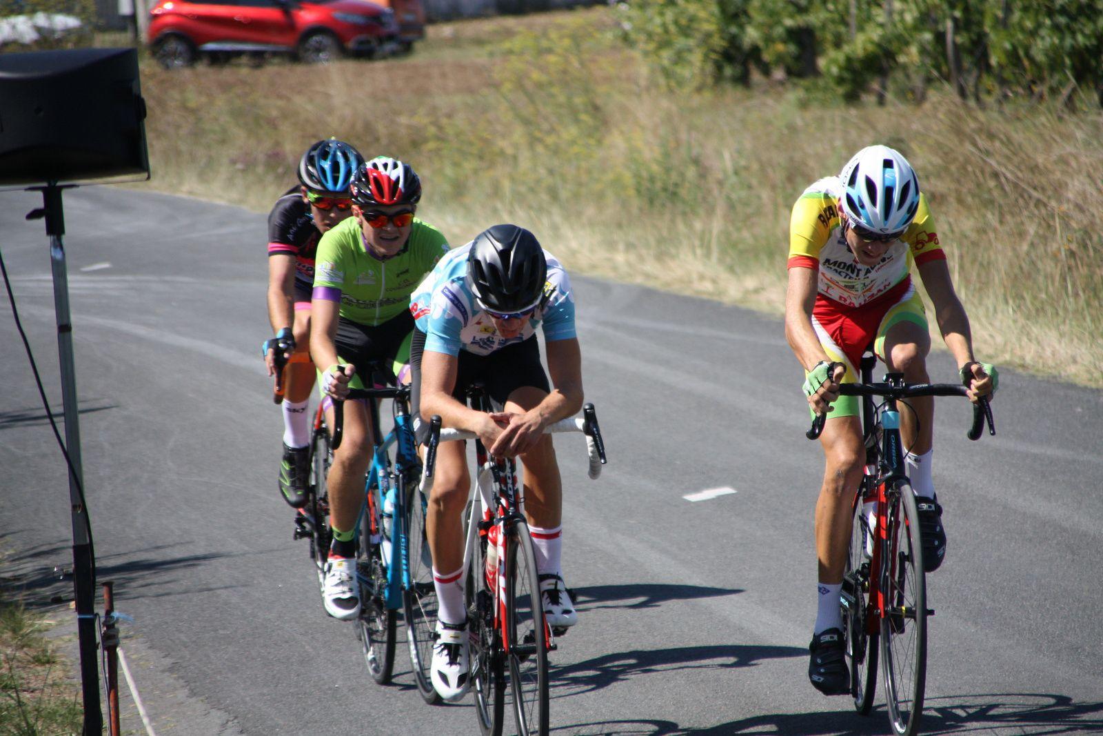 Mi  course  et  toujours  4  coureurs  en  tête, Grégory  POUVREAULT  emméne  le  peloton