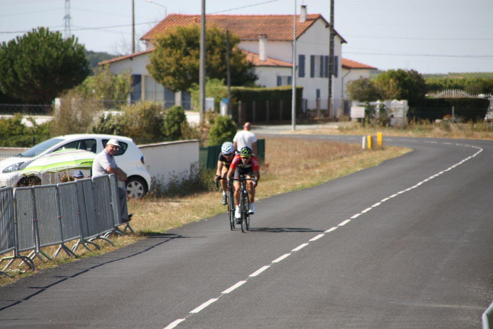 Florent  FRIOU  et  Laurent  LEVEQUE  sont  sortit, Arthur  BAUCHAUD  et  Cyrille  CHAMBON  emménent  le  peloton.