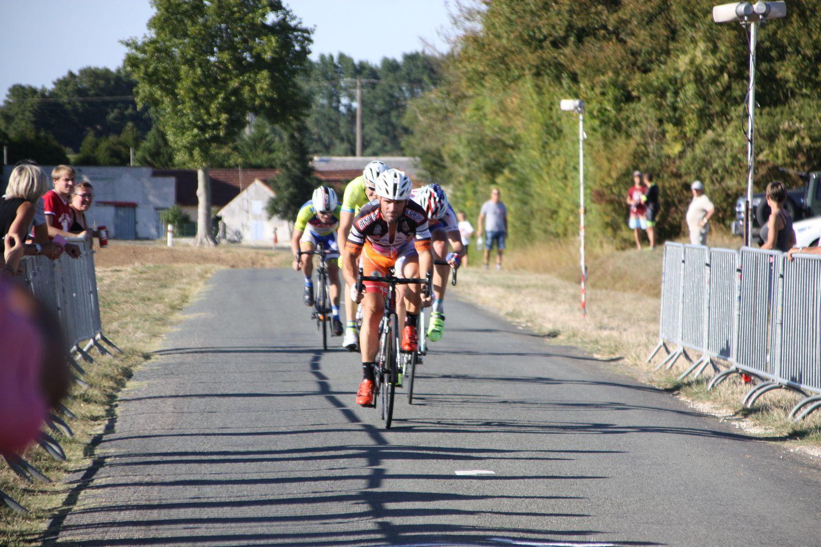L'arrivée  et  la  derniére  victoire  pour Alexis  TOURTELO(CC  Périgueux), 2e  Thibaud  BLANCHARD(APOGE)