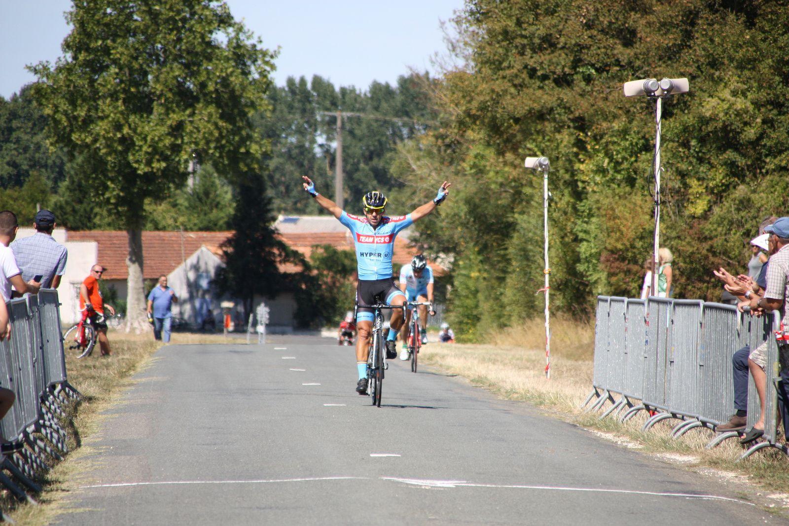 L'arrivée  et  la  victoire  pour  Philippe  LECHAVALIER(VC  Saintes)  déjà  vainqueur  samedi  dernier  à  Le Gua