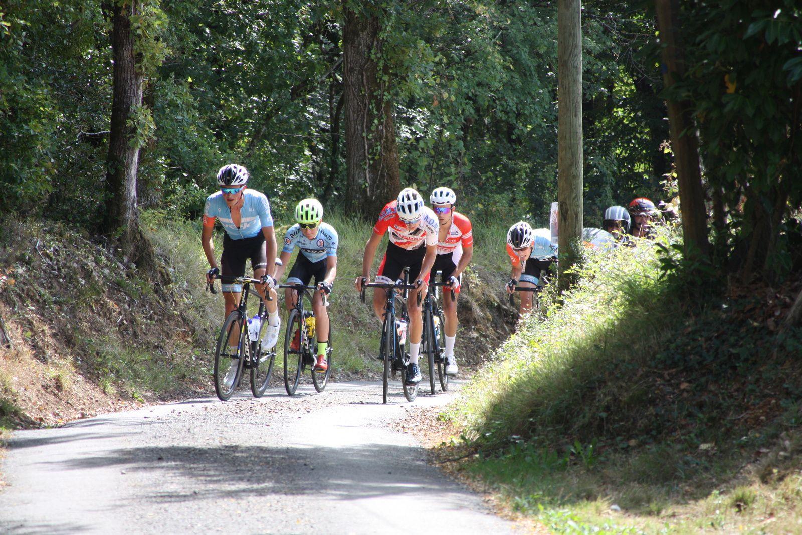Passage  à  Cellefroin, ils sont  5  en  tête, le  peloton  est  emmené  par Antonin CORVAISIER  avec  Cédric  BESSAGUET, Théo  LAUSEILLE  et   Anthony  BREGIERE