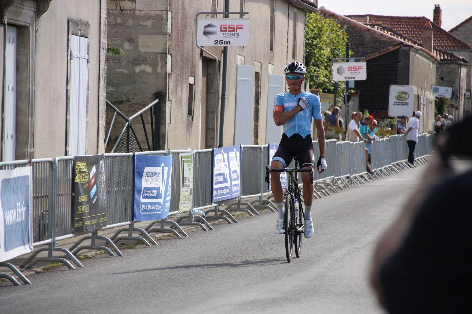 l'arrivée  et  une  victoire  en  solitaire  pour  Nathan  VANDEPITTE(Culture Vélo)