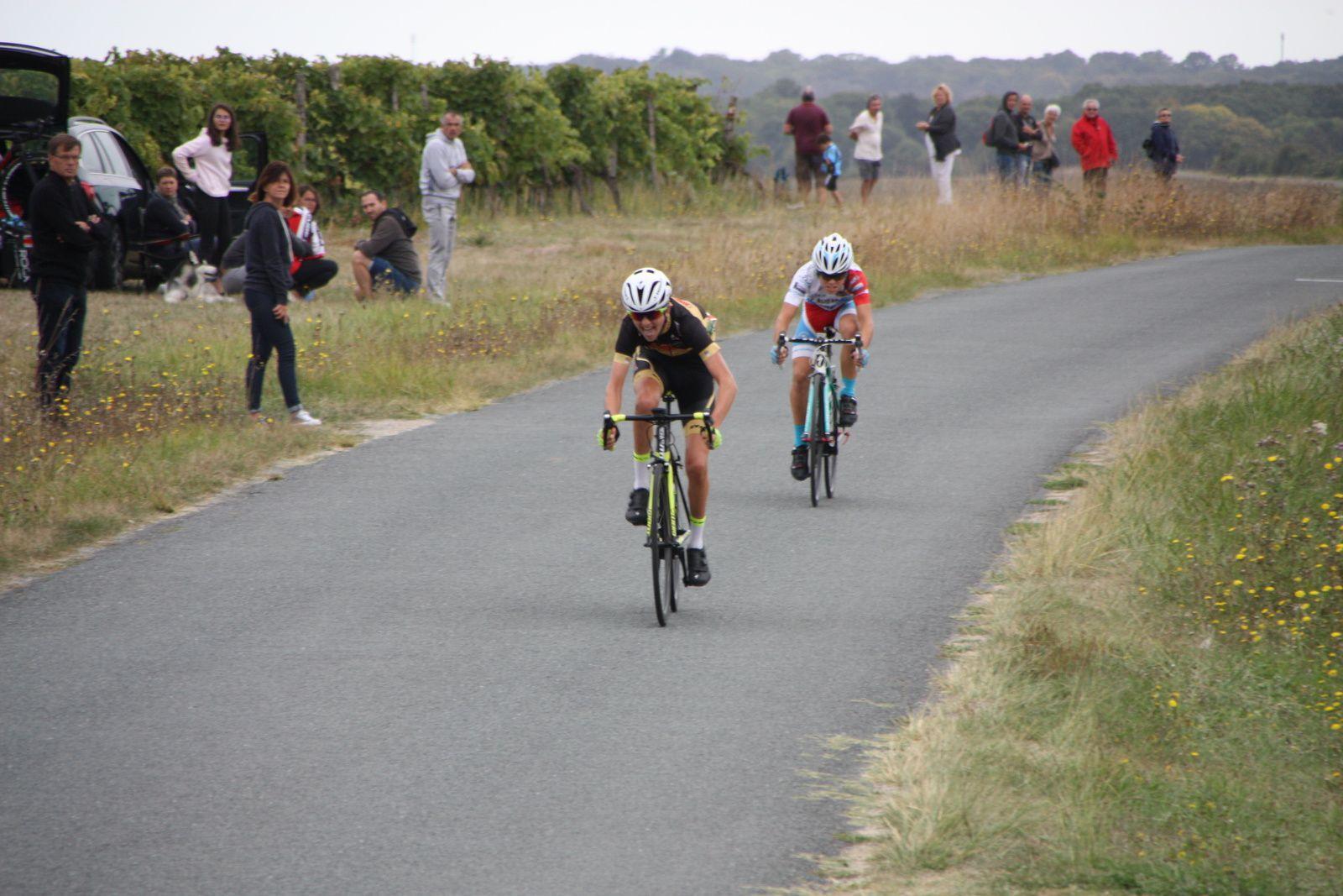 L'arrivée  et  la  victoire  pour  Victor  HUCTEAU(Angouléme  VC), 2e  Julien  BENOIST(VC  Charente-Océan)