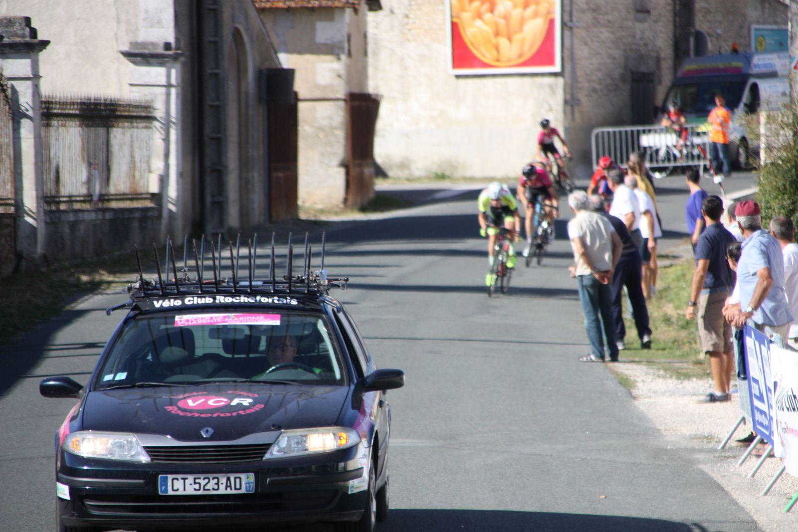 L'arrivée    Simon  BRUET (EC 3M) prend  le  dernier  virage  en  tête  et  remporte  la  victoire, 2e  Emmanuel  BELLIN(UV  Poitiers), 3e  Jérémy  BELIN(Mérignac  VC), 4e  Quentin  CLISSON(Angouléme  VC), 5e  Thibaut  CIGANA(Mérignac  VC), 6e  Axel  TREFFANDIER(UVA)