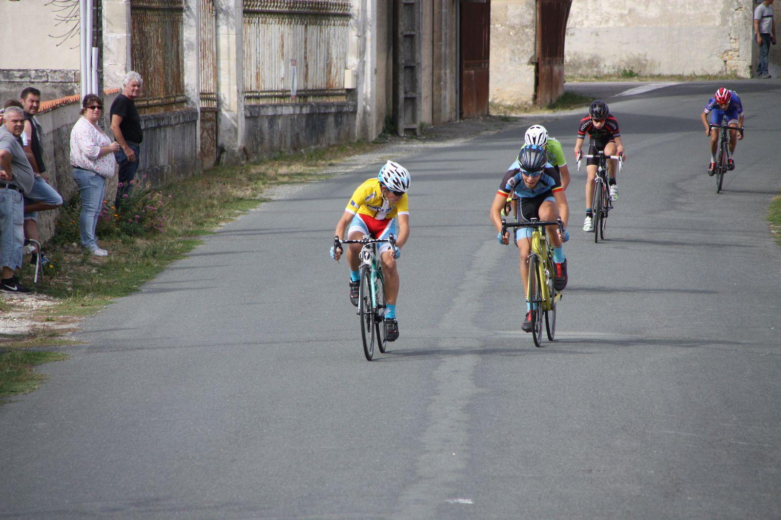 L'arrivée  et  la  victoire  pour  Julien  BENOIT(VC  Charente-Océan), 2e  Lilian  HINTZY (VC  Saintes), 3e  Victor  HUCTEAU(Angouléme  VC), 4e  Clément  NAUDON(C  Poitevin), 5e  Arthur  HERIAUD(Champagne Sud Vendée C)
