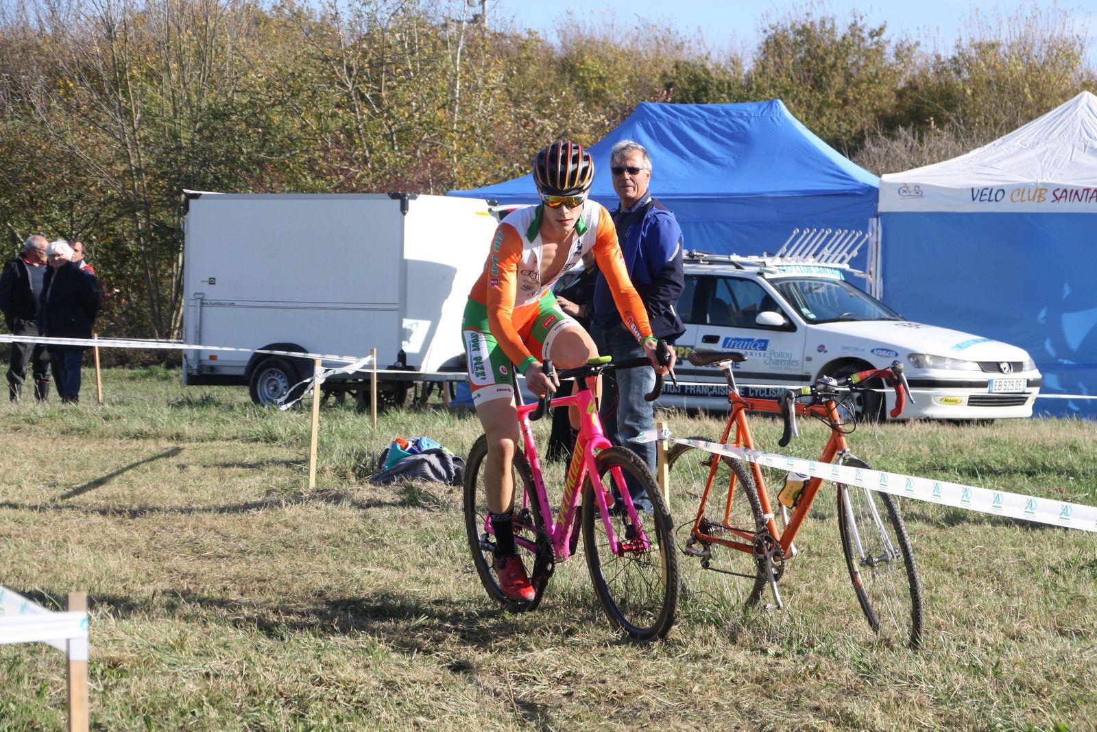 Sébastien  AIGRON  occupe la 4e  place devant  Florian SARRAGOT  le nouveau  coureur du  VC Corme-Royal