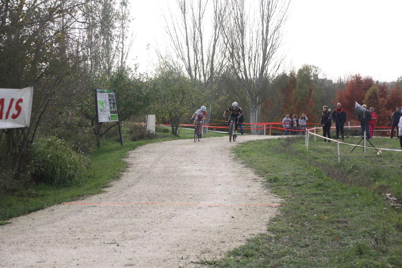 Arrivée  au  sprint  et  Victoire pour  Julien  BENOIT(VC  Charente-Océan), 2e  Yannis SEGUIN(Angouléme  VC)