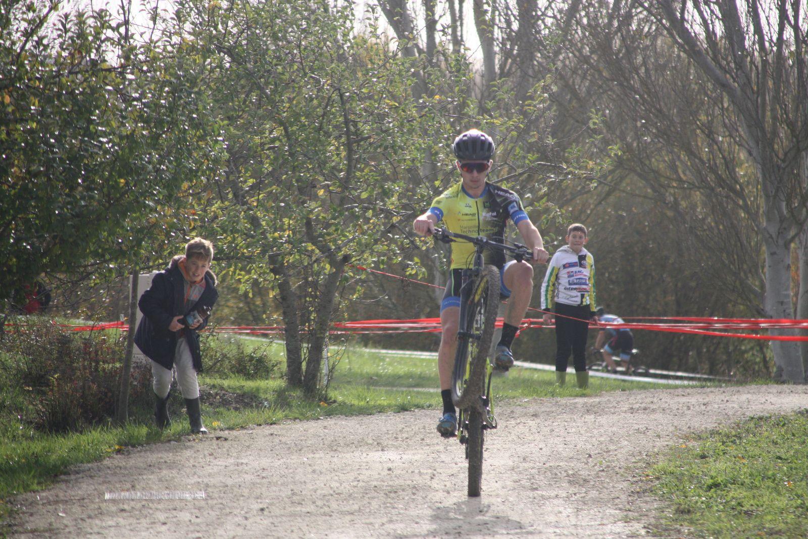 L'arrivée et  la victoire pour Florian  ROY(VC  Peujard)