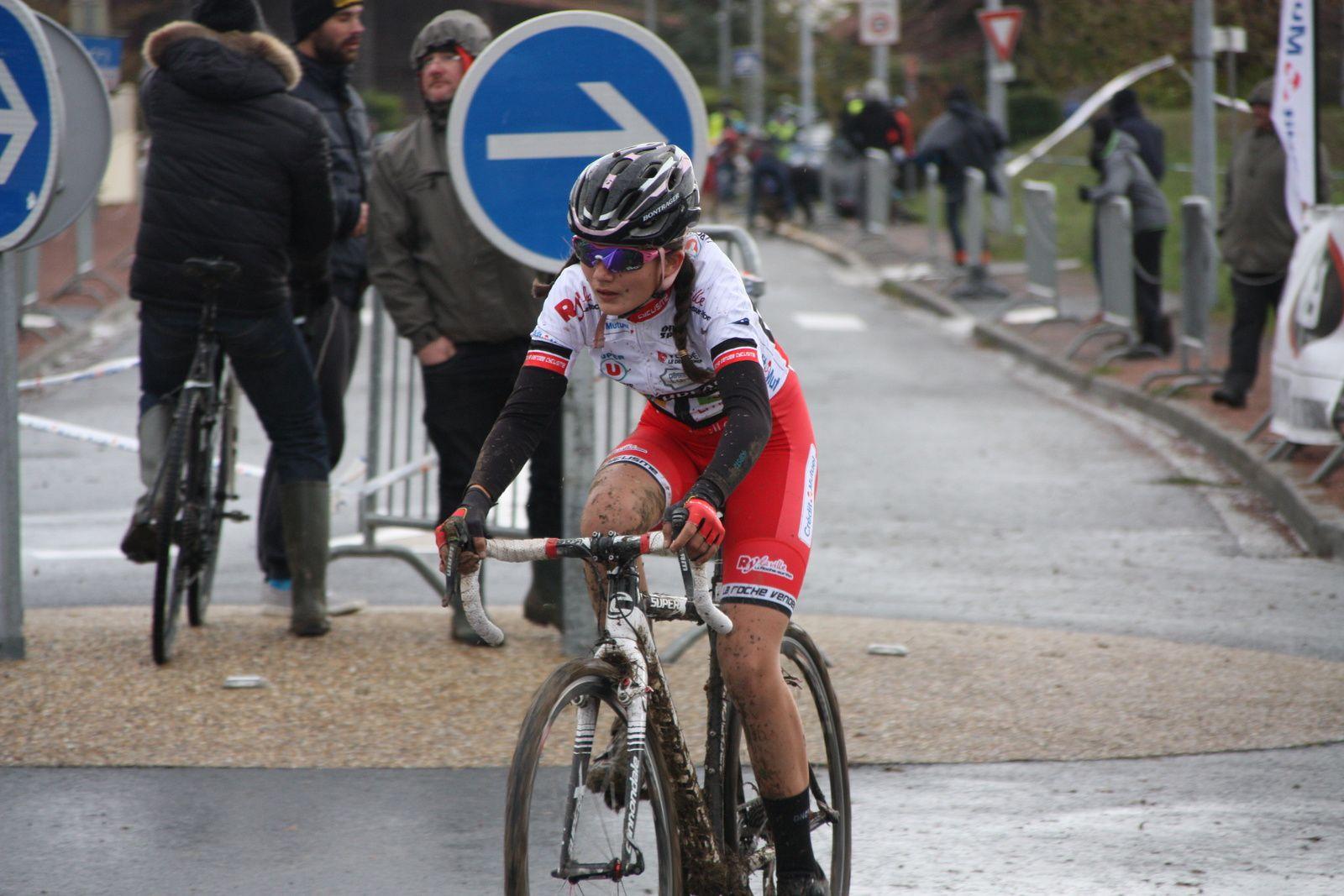 a  1  tour de  l'arrivée  le coureur du  TC  Chateaubernard est  toujours seul  en  tête  Quentin  TRANQUARD est  en  2e  position