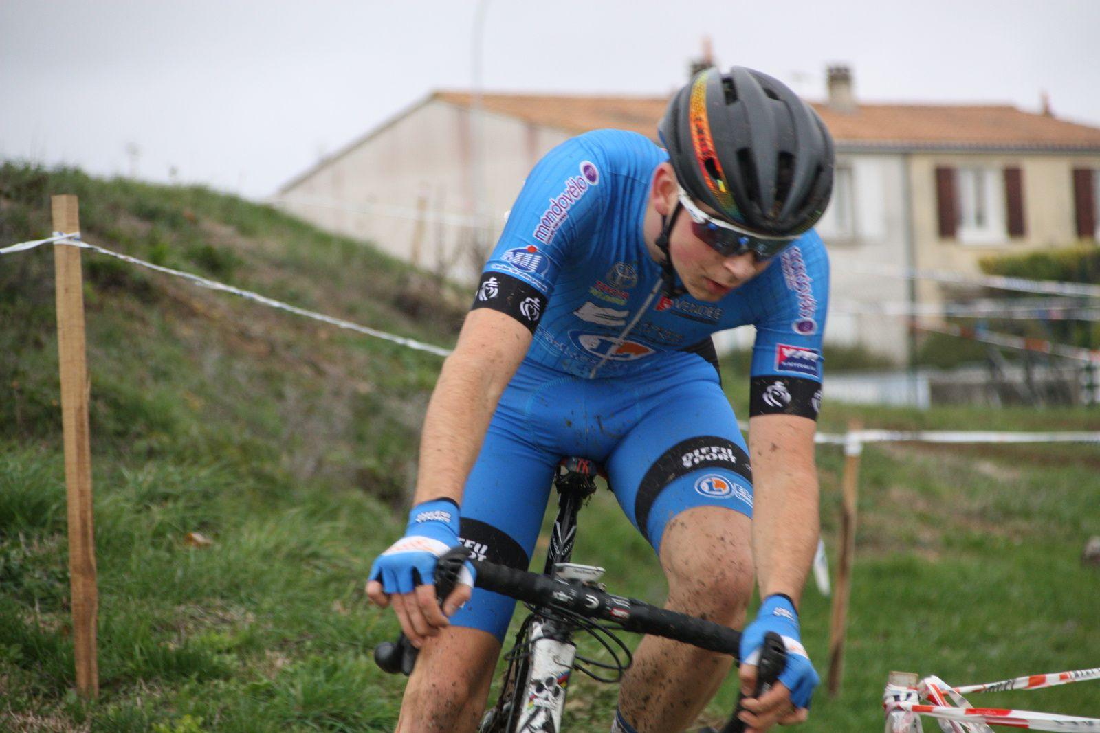 Le coureur  d'Angouléme  VC  reste sous la menace  de Yoann CRON