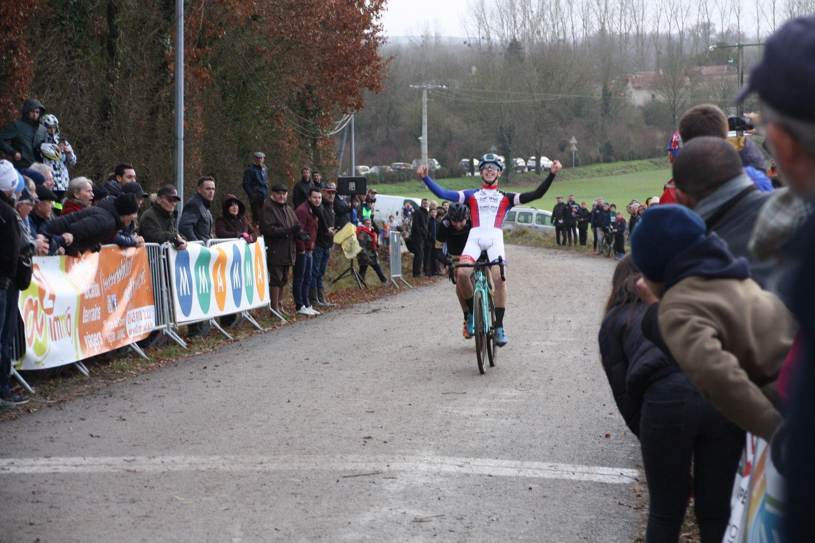 L'arrivée des espoirs et  la victoire pour Anthony COURRIERE(AS  Périgord)de justesse devant  Tom  MAINGUENAUD(Angouléme  VC), 3e Baptiste TRICHOT(APOGE).