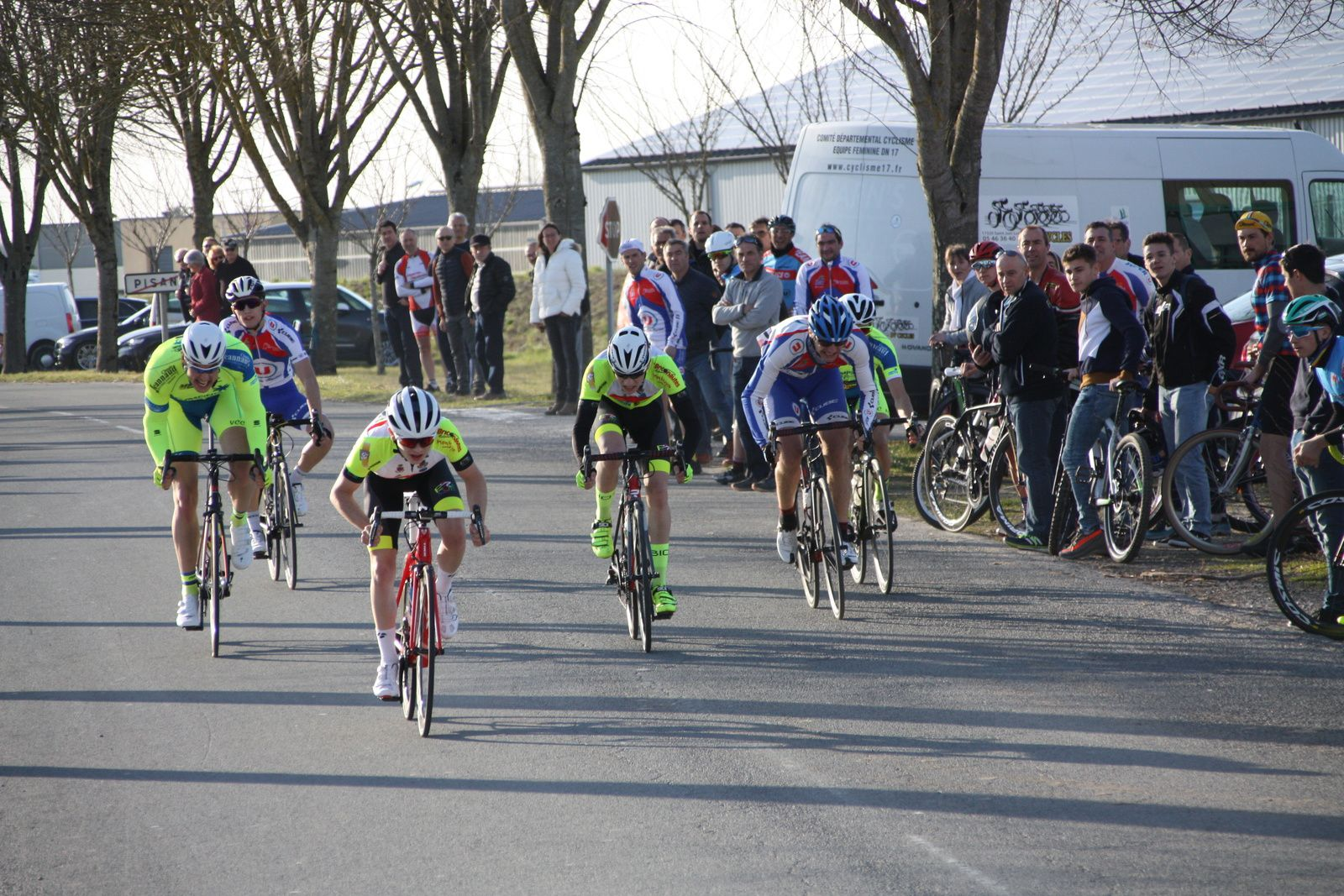 L'arrivée et  la victoire  pour Théo  LAUSEILLE(EC 3M), 2e  Simon  BRUET(EC 3M), 3e  Michaél DESNOYERS(APOGE), 4e  Tristan  BOSSIS(VCC  Marennes), 5e  Laurent  PINEAU(VCC  Marennes), 6e  Romain  BELON(APOGE)