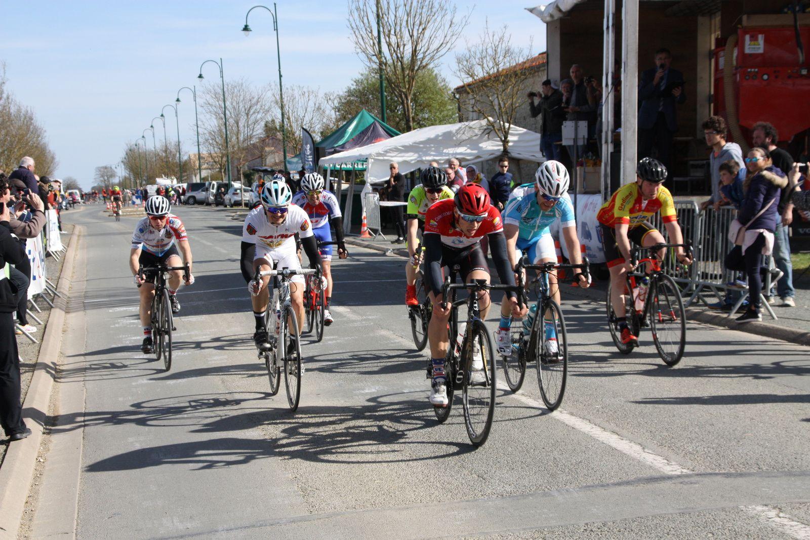 5e  Alexis DUBOIS (AC Etaules), 6e Franck  MOSSET (MAAF section Vélo)
