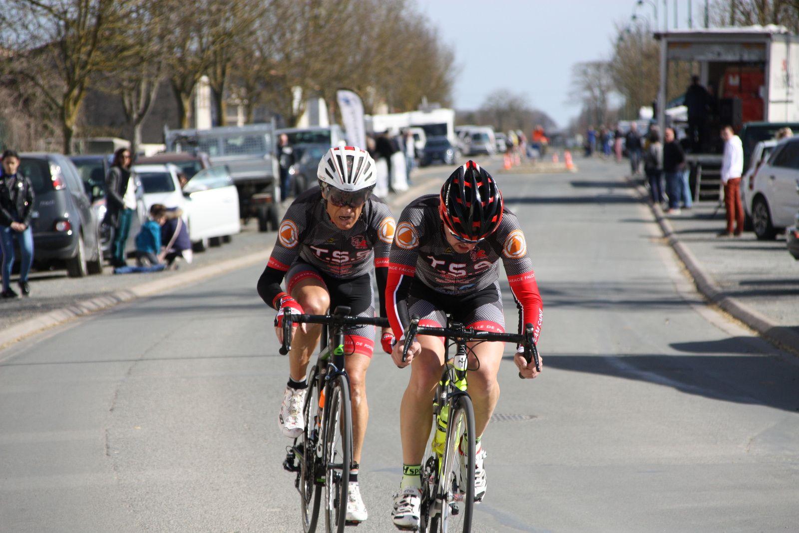 Il  ne reste  plus à  l'avant que  les  2  coureurs du  T  St Sauveur, Hervé BREQUE à  été décroché