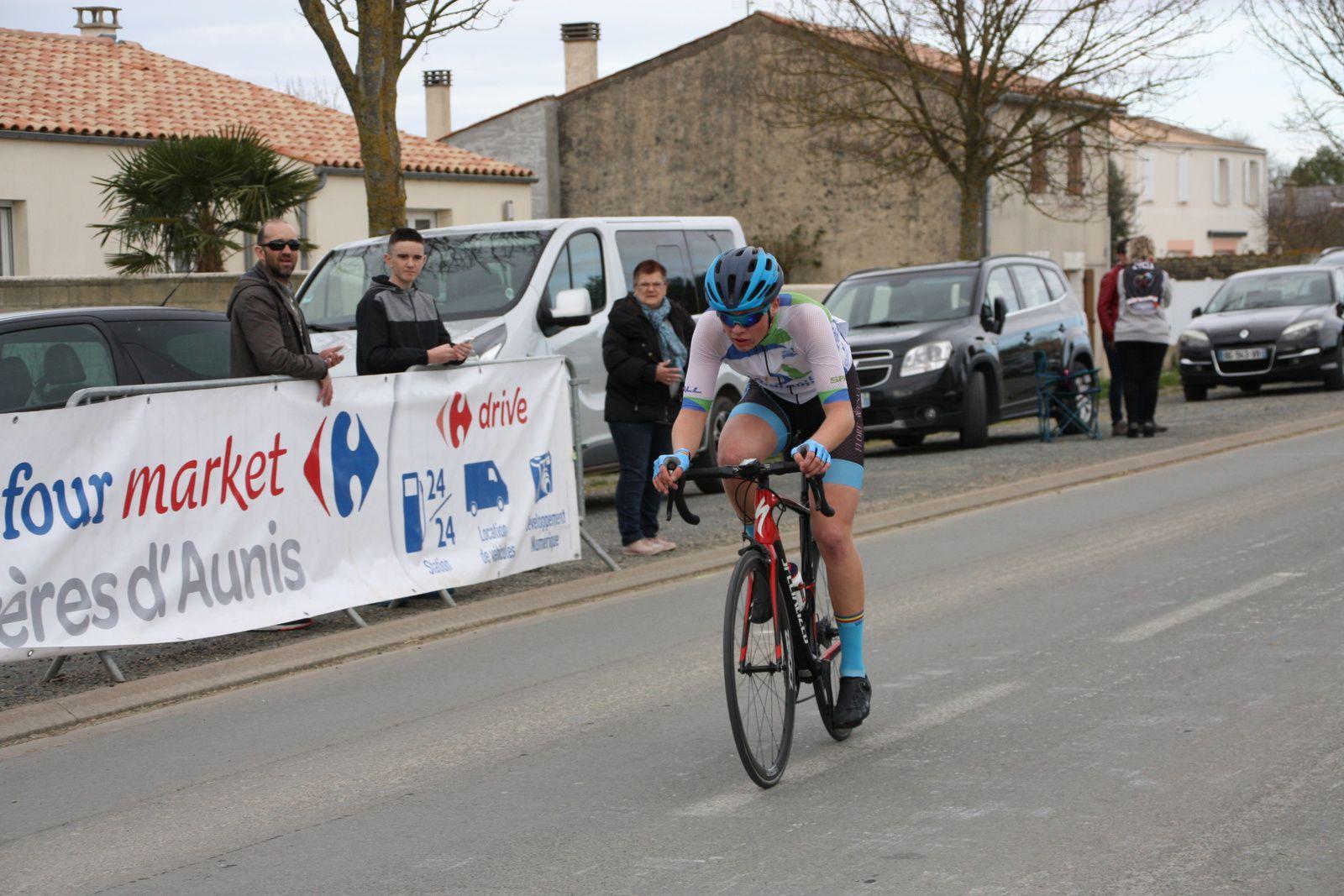 Le  champion  départemental  2018  creuse rapidement  l'écart, Ilona FEYTOU  est en  tête du  groupe de contre