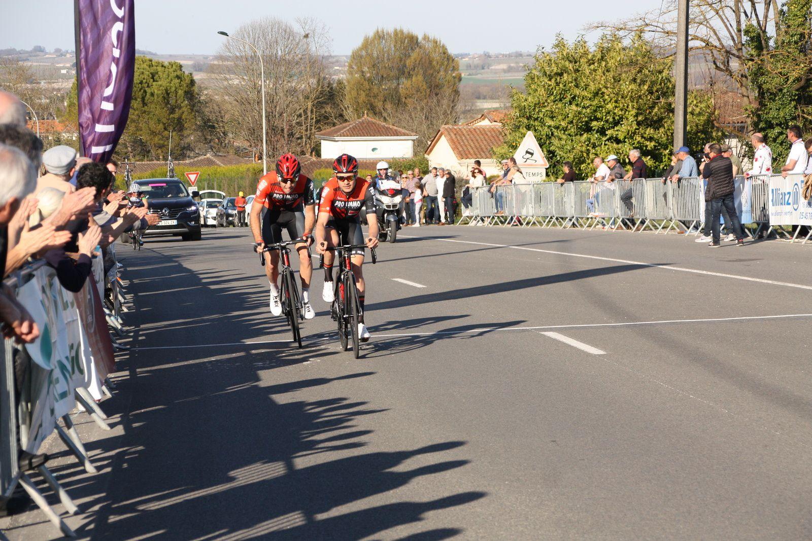 A  1  tour de l'arrivée  ils  ne sont  plus que  2  en  tête, Willy  PEROCHEAU  à  été décroché par  les 2 coureurs  du  Team  pro  Immo Nicolas Roux
