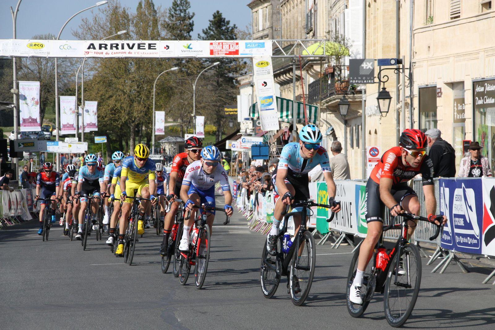 Fin  du  3e  tour , ils  sont  sortit  à  5  avec  Michaél  GUICHARD, c'est  Jérémy  BELLICAUD  qui  emméne  le  contre