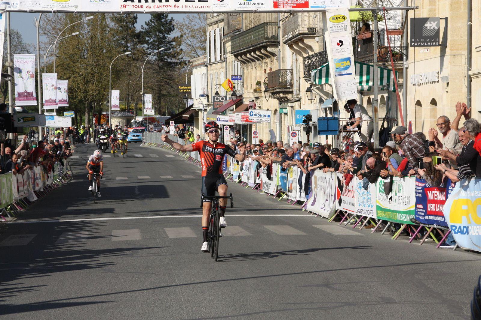 L'arrivée  et  la  victoire  pour  Michaél  GUICHARD, le  récend  vainqueur  de  Bordeaux-Saintes