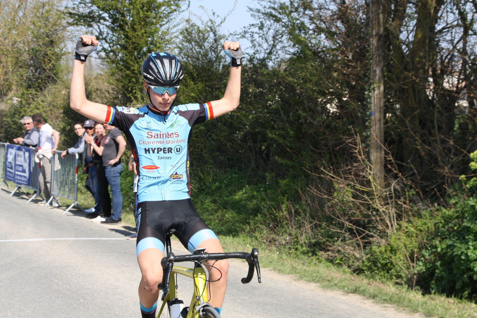 L'arrivée et  la  victoire  pour  Lilian  HINTZY(VC Saintes)