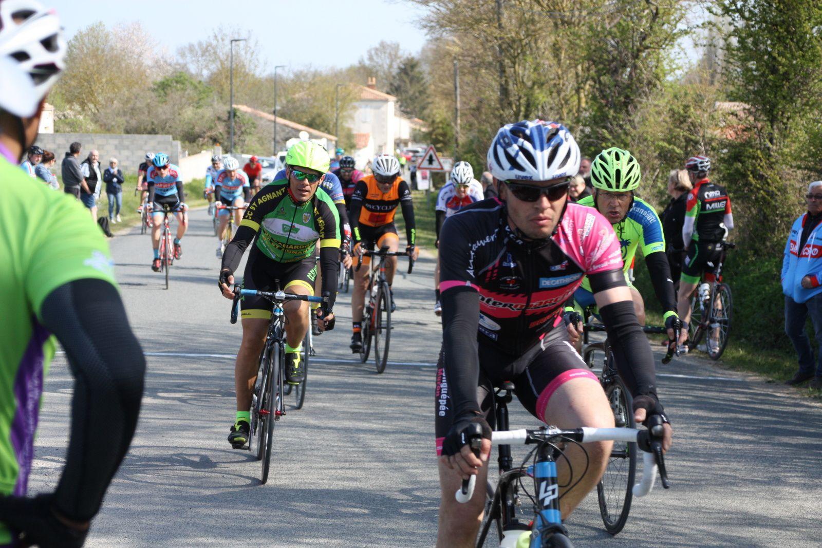 19e  Mathieu  IMBERTIS (VC Charente-Océan), 20e  Maxime  GANTIER(VCCO), 21e  Gaétan  LAGARRE(VC  Saintes), 22e  Alexis  DUBOIS(AC  Etaules), 23e  Guillaume  VIVIER(VC  Rochefort), 24e  Sébastien  SUBRA(VC  Saintes), 25e  Michel  ROUSSEAU (VCC Marennes), 26e  Sébastien  ECALLE (CC  St Agnant)