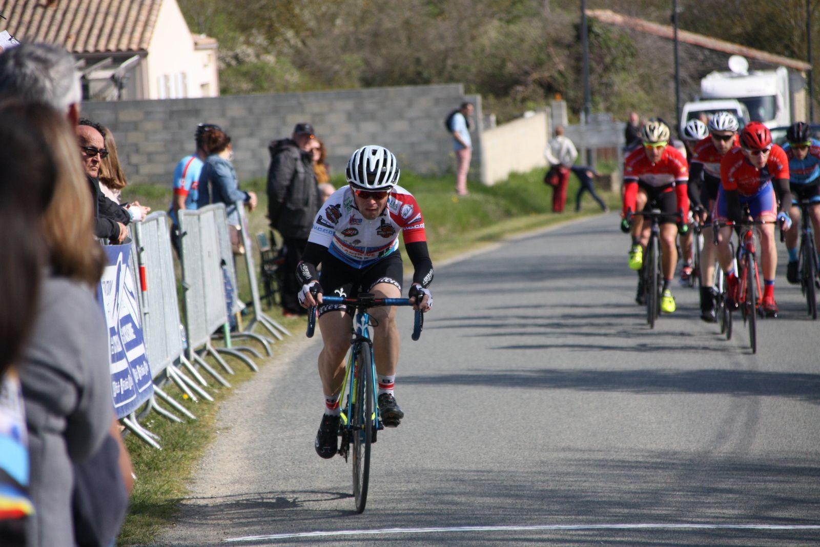 A  1  tour  de  l'arrivée  Stéphane  BOIRIVANT  tente  de  finir  seul