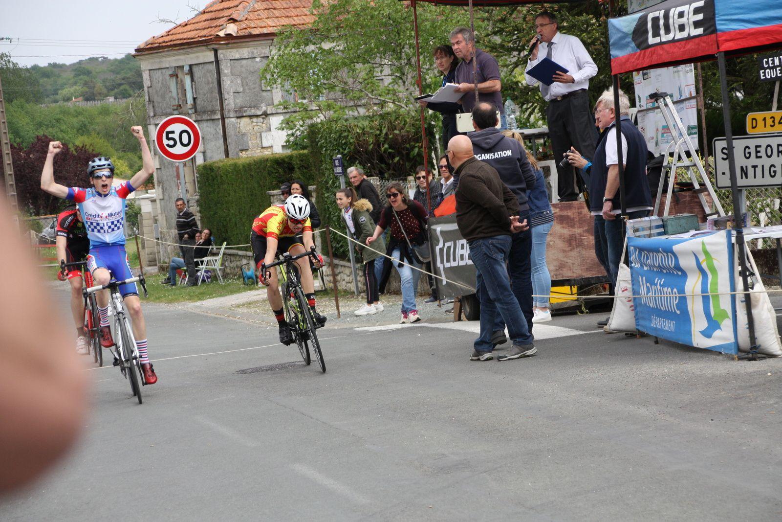 L'arrivée  et  la  victoire  pour  Louis  LEPECULIER(CA  Civray), 2e  Titouan  GOURDEAU(UCC  Vivonne), 3e  Nicolas  LAIR(C  Poitevin), 4e  Clément  FIGADERE(AVC  Libourne)