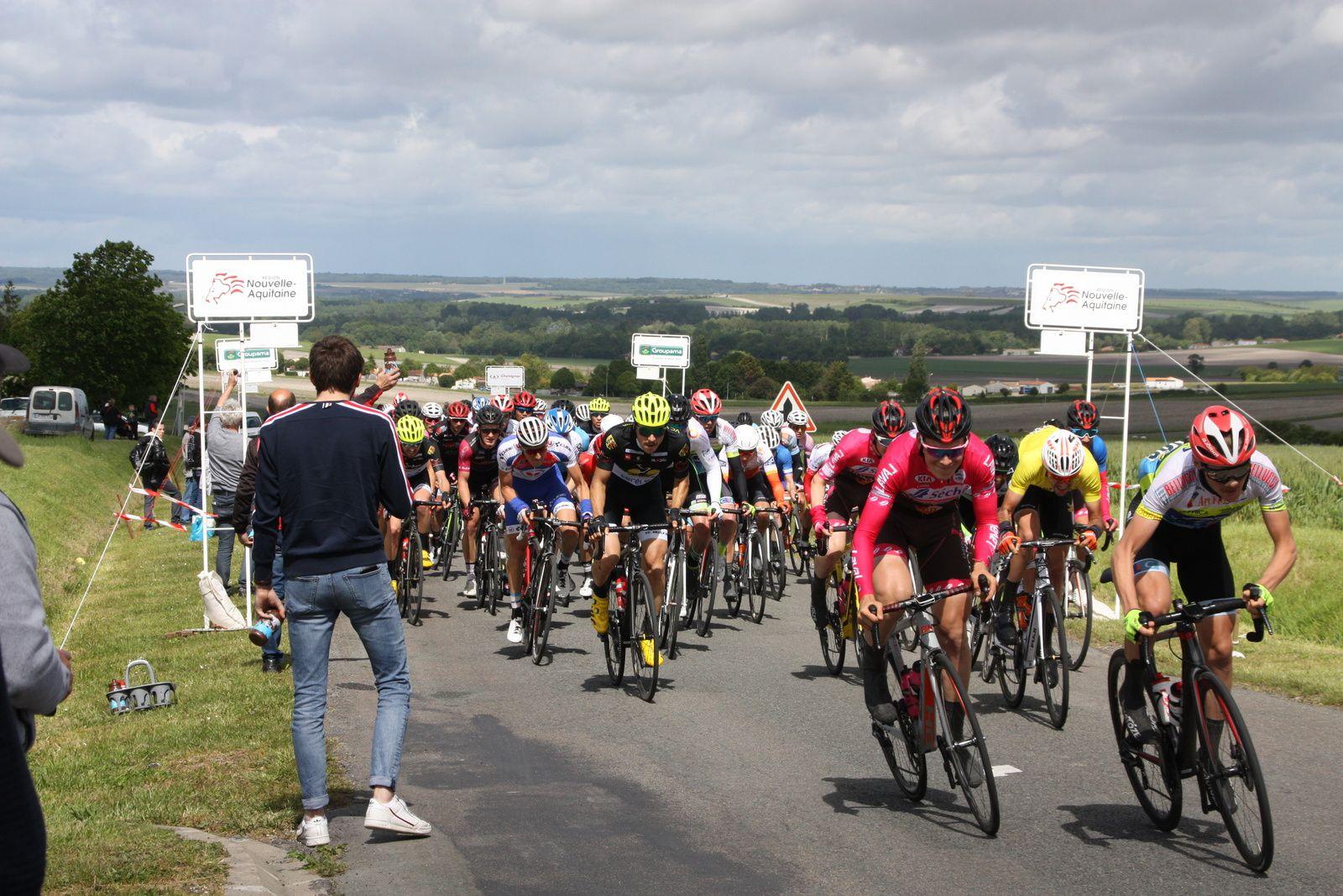 1er  passage  à  Berneuil, 1  homme  seul  en  tête,il  reste  2  tours  de  l'ancien  circuit  de  l'épreuve  de  Berneuil, disparue  depuis  longtemps.