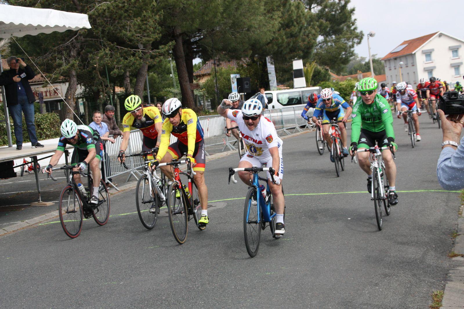 L'arrivée  au  sprint  du  peloton  et  la  victoire  pour  Frédéric  PERMENAS(VC  Matha), 2e  Patrice  OCQUETEAU(TC  Chateau  d'Oléron), 3e  Bruno  LEVERTOUT (Brie LC), 4e  Pierre  GILLET(TC  Chateau d'Oléron), 5e  Michaél  SERVOUZE(VC  Montmorillon),6e  Stéphane  DENIS(FS St Hilaire),7e  Emmanuel  DAZY(T  St Sauveur)