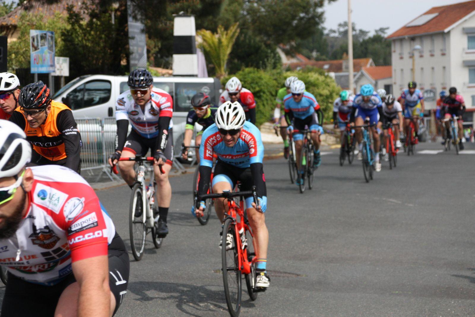 Aprés  un  nouveau  regoupement  c'est  Stéphane  BOIRIVANT  et  Franck  LEBOEUF  qui  sortent  à  2  tours  de  l'arrivée