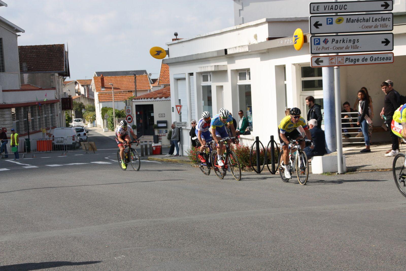 A  1  tour  de  l'arrivée  Olivier  BOSSIS  tente  de  finir  seul.