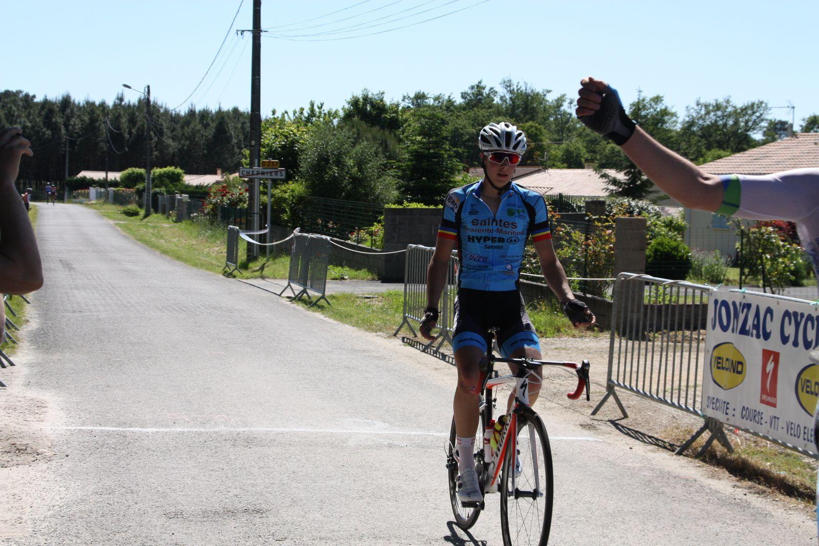 L'arrivée  et  la  victoire  pour  Grégory  POUVREAULT(VC  Saintes), 2e  Yanis  SEGUIN(VC  Saintes)