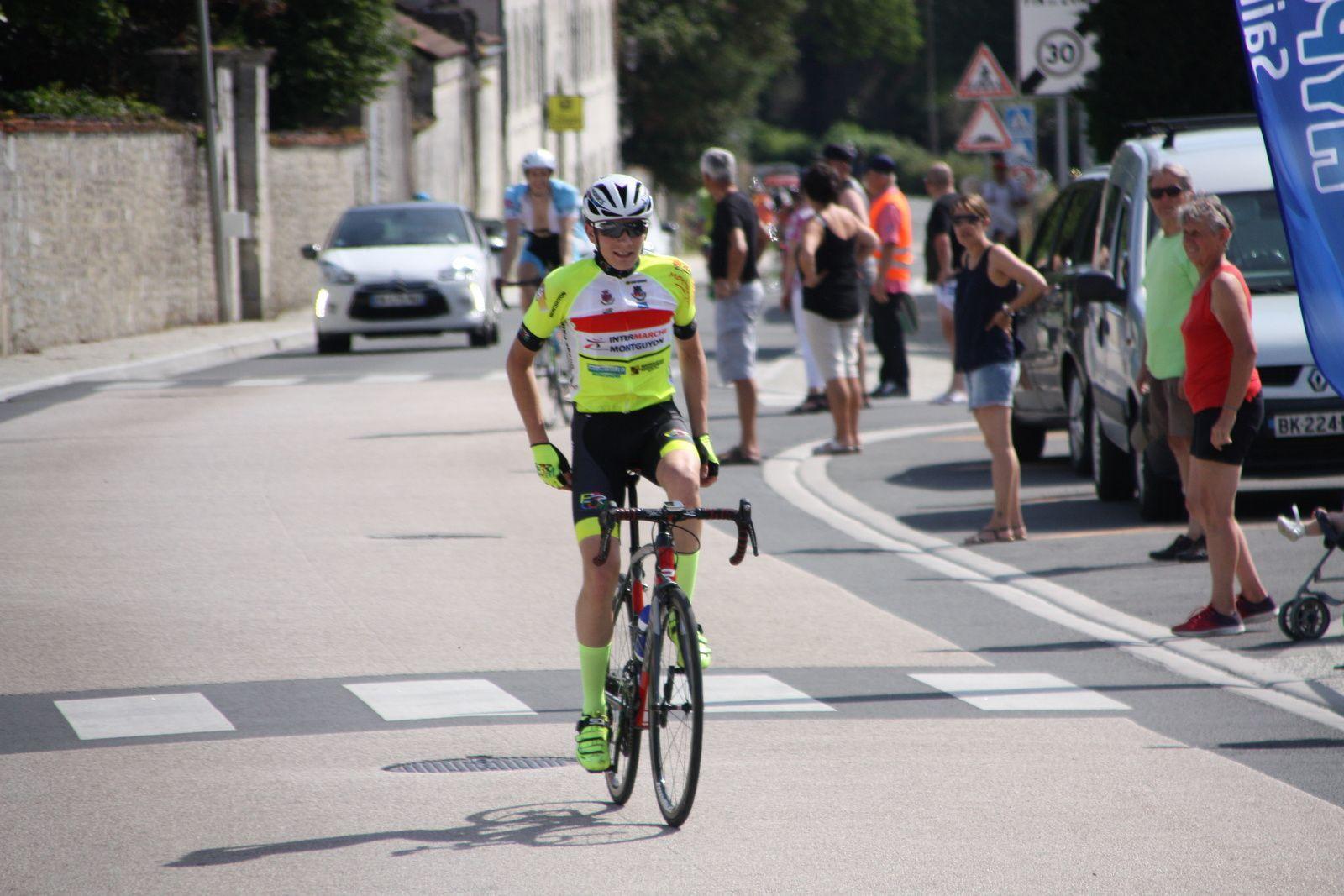 L'arrivée  et  la  victoire  pour  Simon  BRUET(EC 3M).