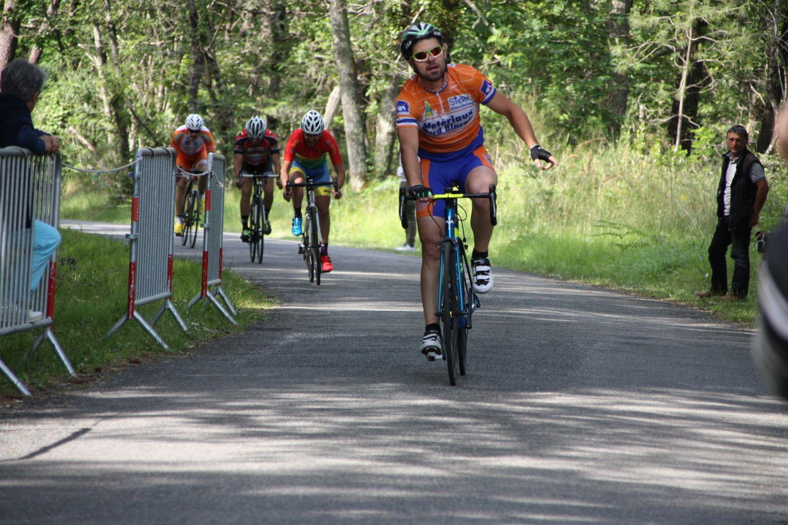 L'arrivée  et  la  victoire  pour  Julien LARIGNON(NL)