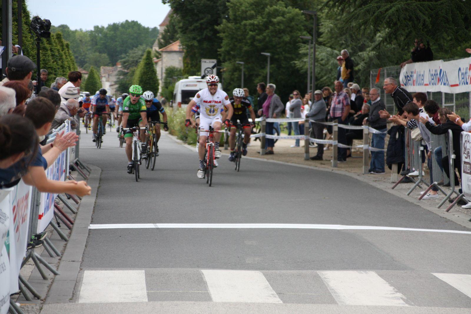 Arrivée  au  sprint  du  peloton  groupé  et  victoire  pour  Didier  PICHAUD(VC  Matha)