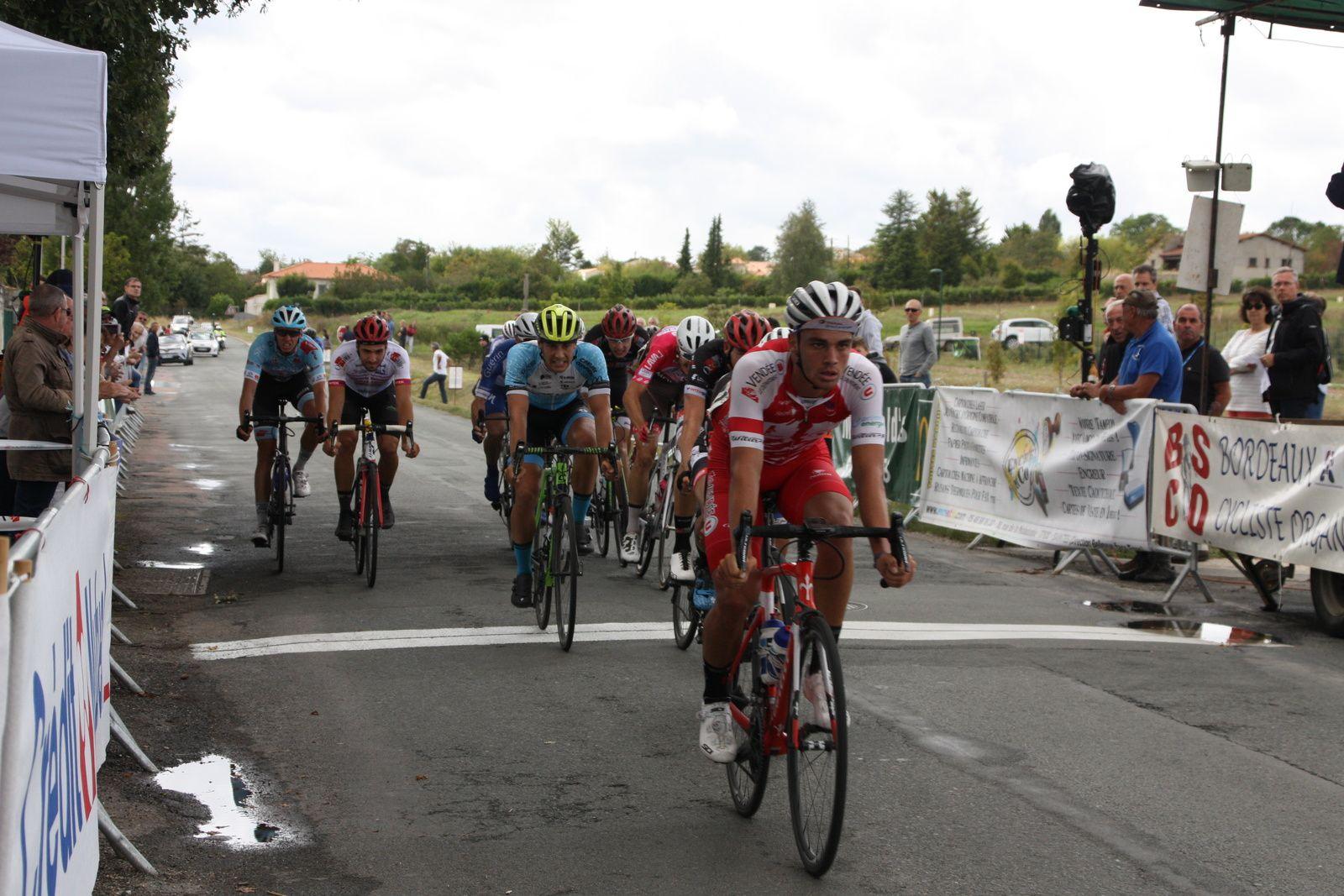 L'arrivée  du  groupe  de  contre  4e  Théo  MENANT(Vendée U), 5e  Willy  PERROCHEAU(CC  Périgueux), 6e  Tom  MAINGUENAUD(Top 16)