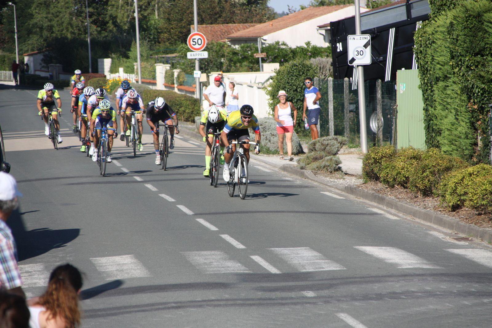 L'arrivée  et  la  victoire  au  sprint  pour  Arnaud  CHAUMET(V  Naintré), 2e  Simon  BRUET(EC 3M), 3e  Olivier  DEMOULIN(US Maule), 4e  Patrick  BALLANGER(AC Jarnac-Aigre-Rouillac), 5e  Thibaud  BLANCHARD(APOGE), 6e  Corentin  NADON(AC 4B), 7e  Arnaud  PETIT(FS St Hilaire), 8e  Michaél  DESNOYER(APOGE), 9e  Kevin  PAIN(EC 3M), 10e  Nicolas  LEBOEUF (AC  Etaules), 11e  Frédéric  CARDINEAU(V  Naintré), 12e  Florian  COTTAZ(Angouléme  VC), 13e  Tristan  BOSSIS(VCC  Marennes), 14e  Florent  FRIOU(CC  Chinon), 15e  David  JOSSE(EC  Bourguenay), 16e  Cyrille  MORAND(VC  Saintes).