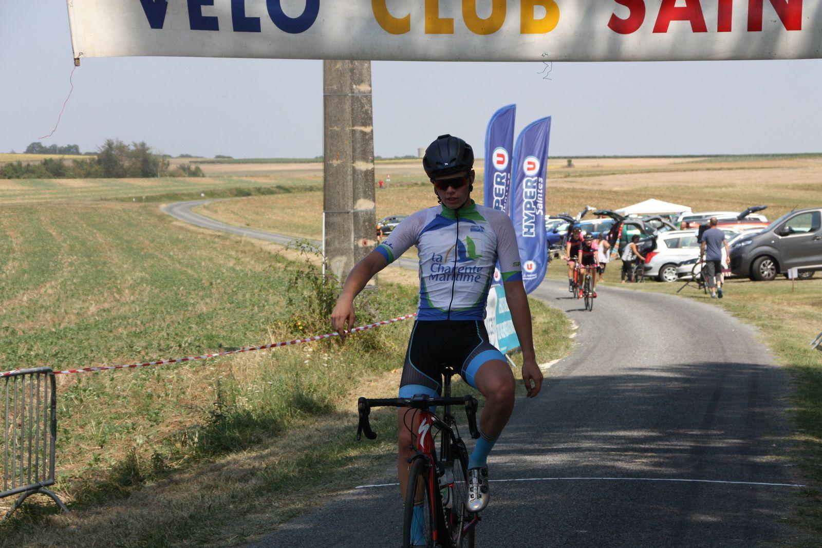 L'arrivée  et  la  victoire  pour  Grégory  POUVREAULT(VC  Saintes)