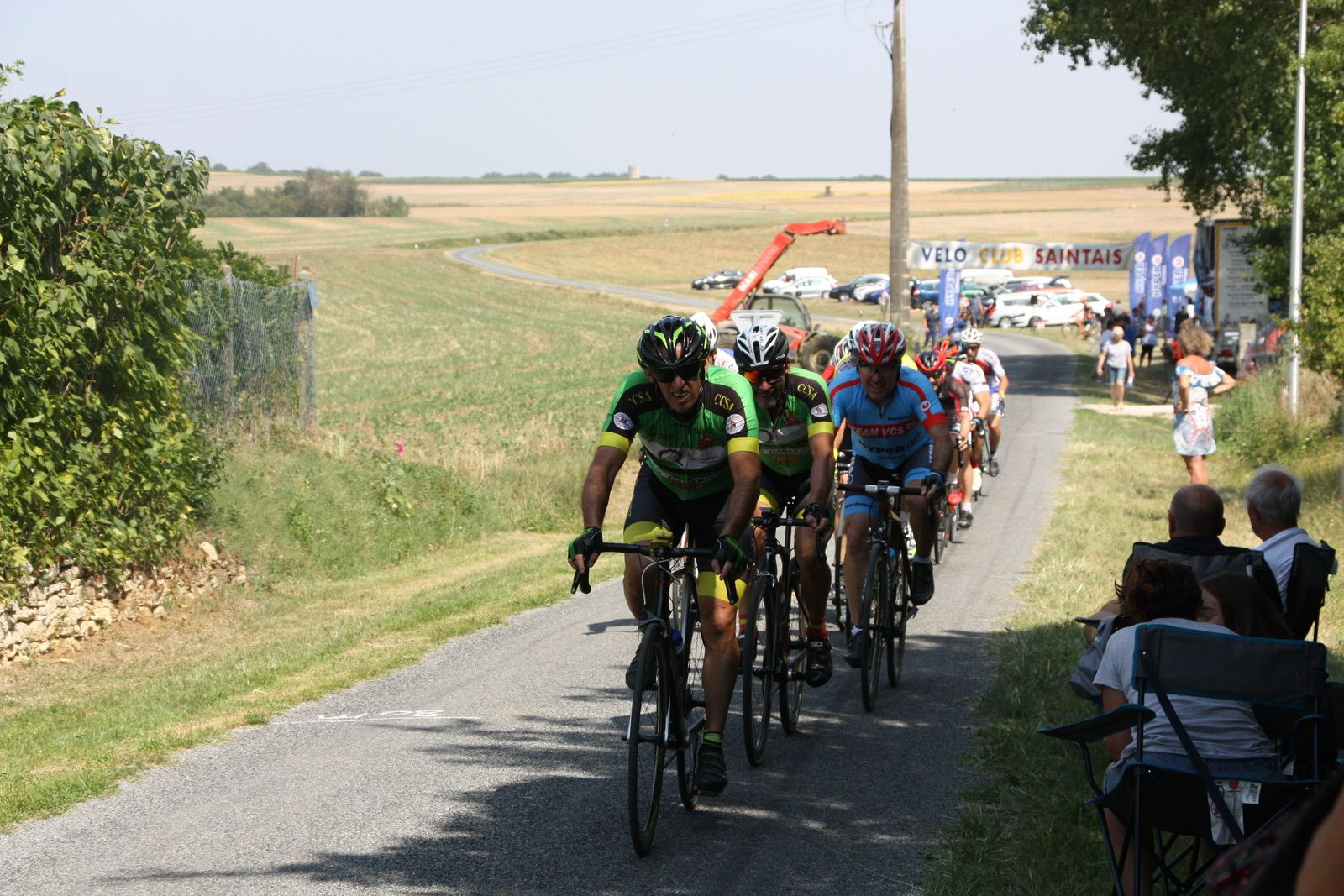 Le  peloton  reste  à  portée  des  3  hommes  a  1  tour  de  l'arrivée