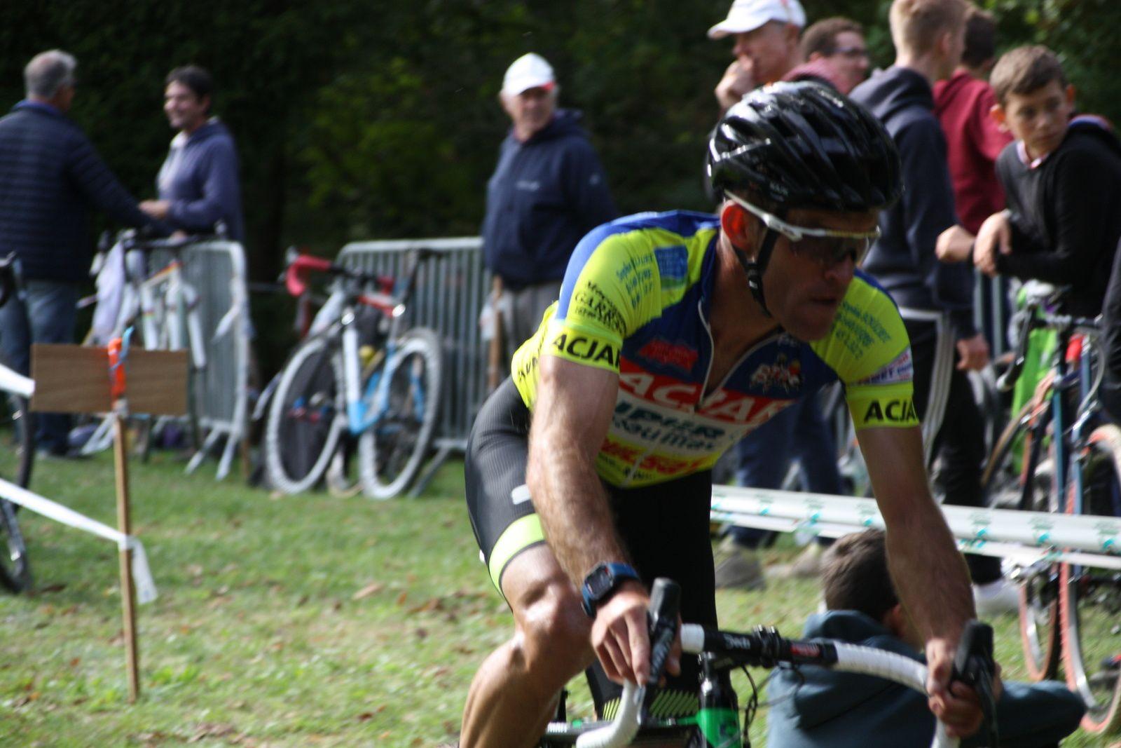 Le  coureur  de  l'UA La Rochefoucault  creuse  l'écart  avec  Tom  MAINGUENAUD