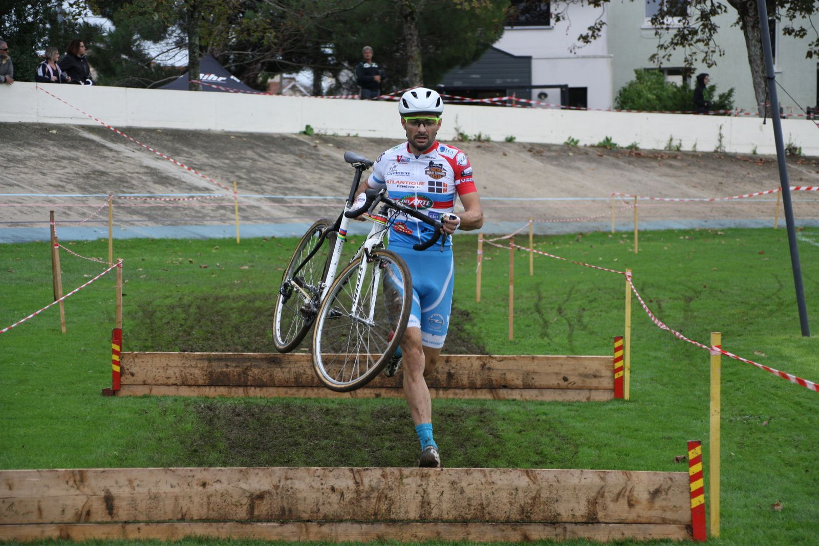 Passage  des  planches  en  vélo  pour  les  2  premiers.