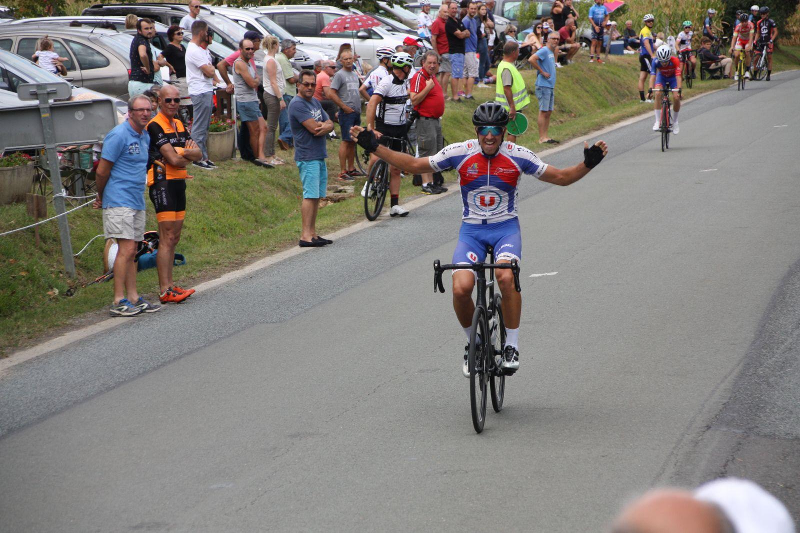 L'arrivée  et  la  nette  victoire  pour  Vincent  GICQUEL  le  coureur  de  l'APOGE  qui  remporte  sa  3e  victoire  de  la saison