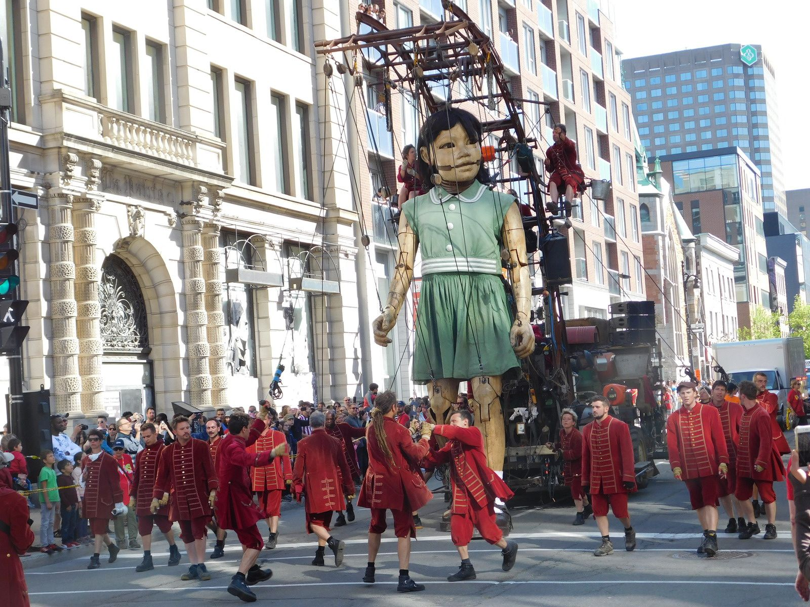 ROYAL DE LUXE A MONTREAL: LA GRANDE INVITATION.
