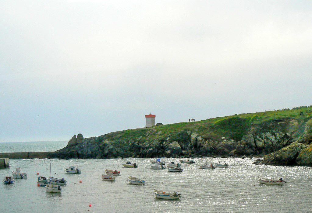 Sur la rive nord, un amer blanc et rouge marque l'entrée du port,