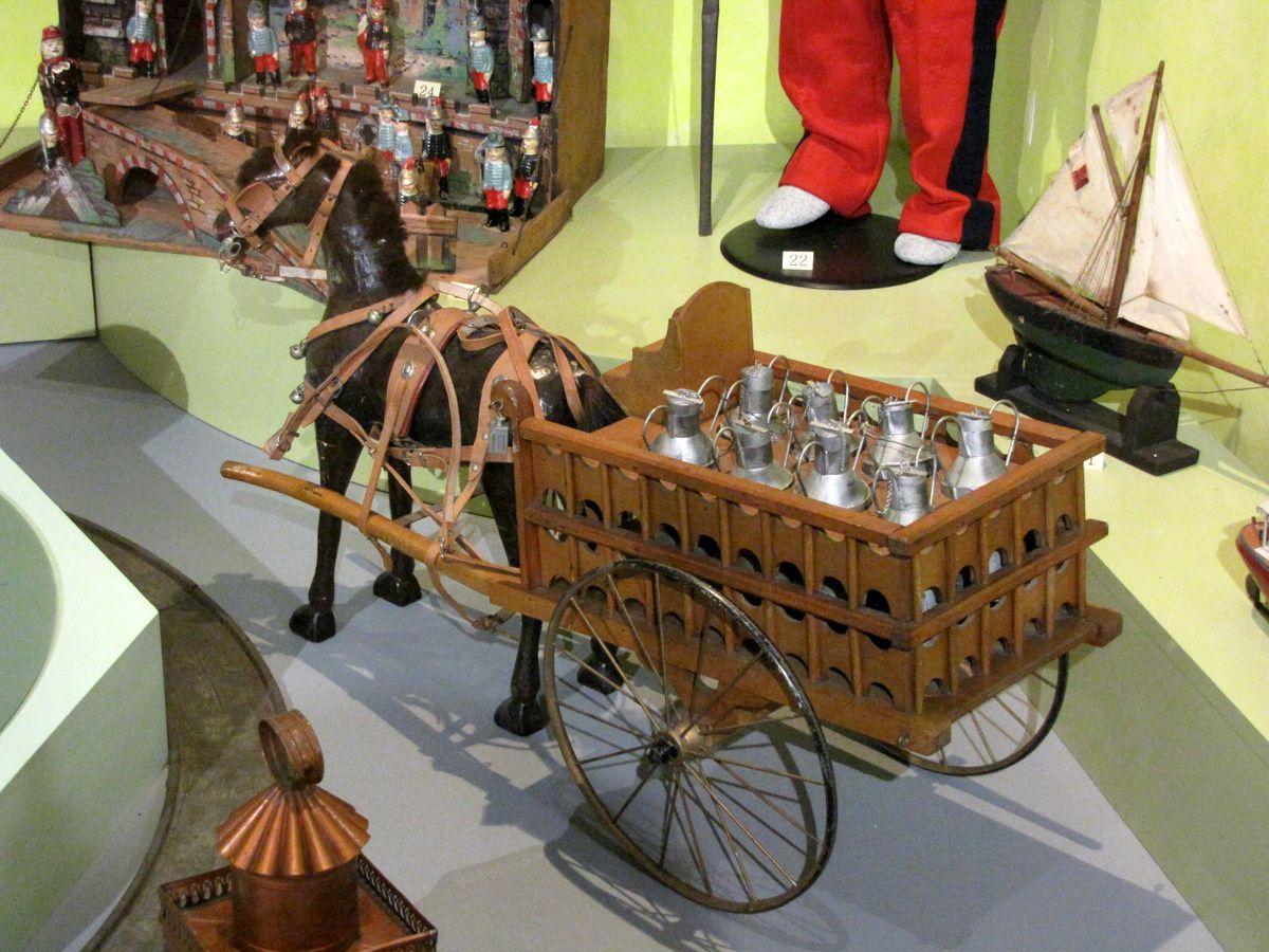 Lanterne magique et charrette du laitier, musée du jouet de Poissy