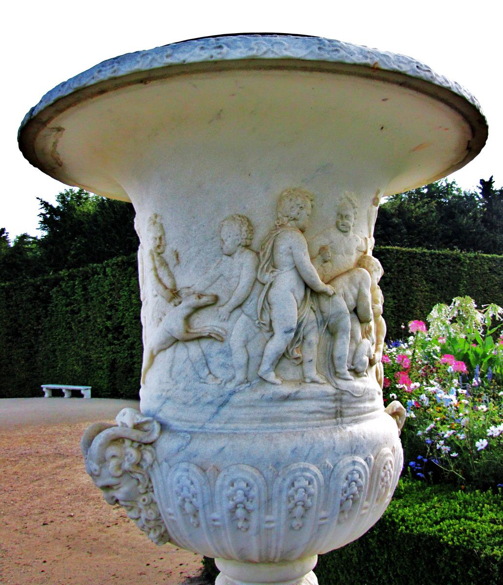 Vases décorés d'enfants, parc du château de Versailles