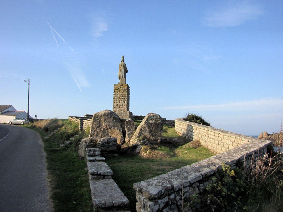 Statue de la bigoudène, port de Pors-Poulhan